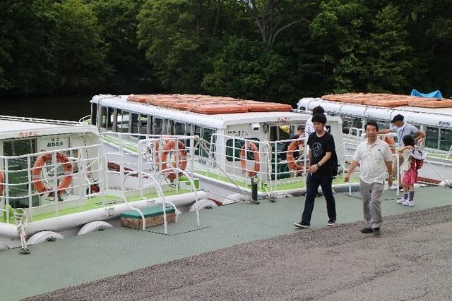 観光客でにぎわう遊覧船.jpg